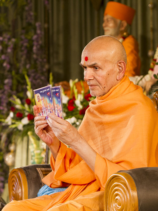 Param Pujya Mahant Swami Maharaj inaugurates an audio publication 'Gatha Gunatit Santni', 15 Jan 2017