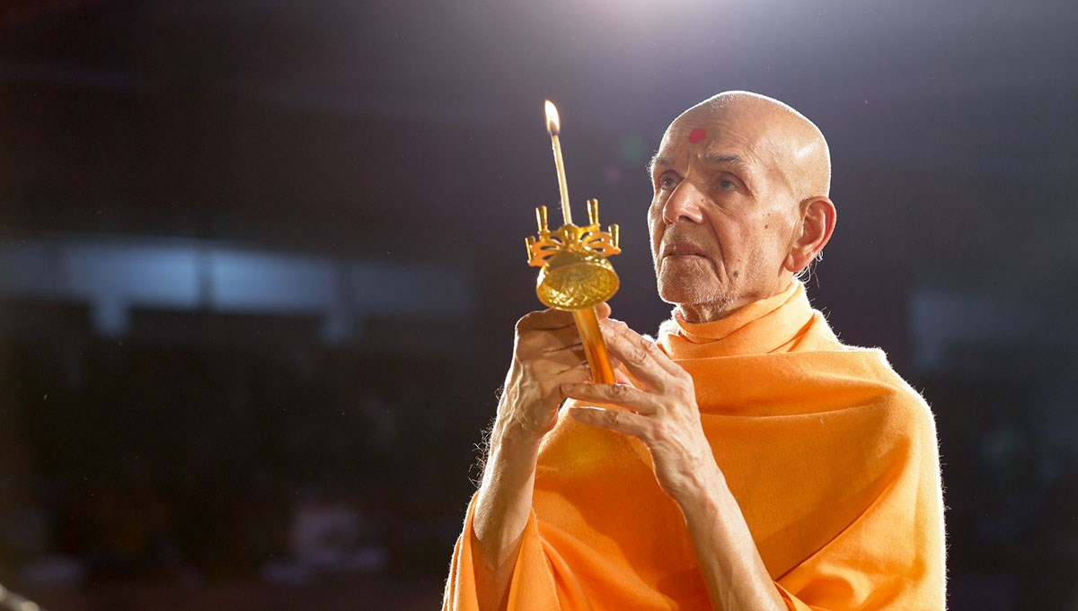 Param Pujya Mahant Swami Maharaj performs evening arti, 15 Jan 2017