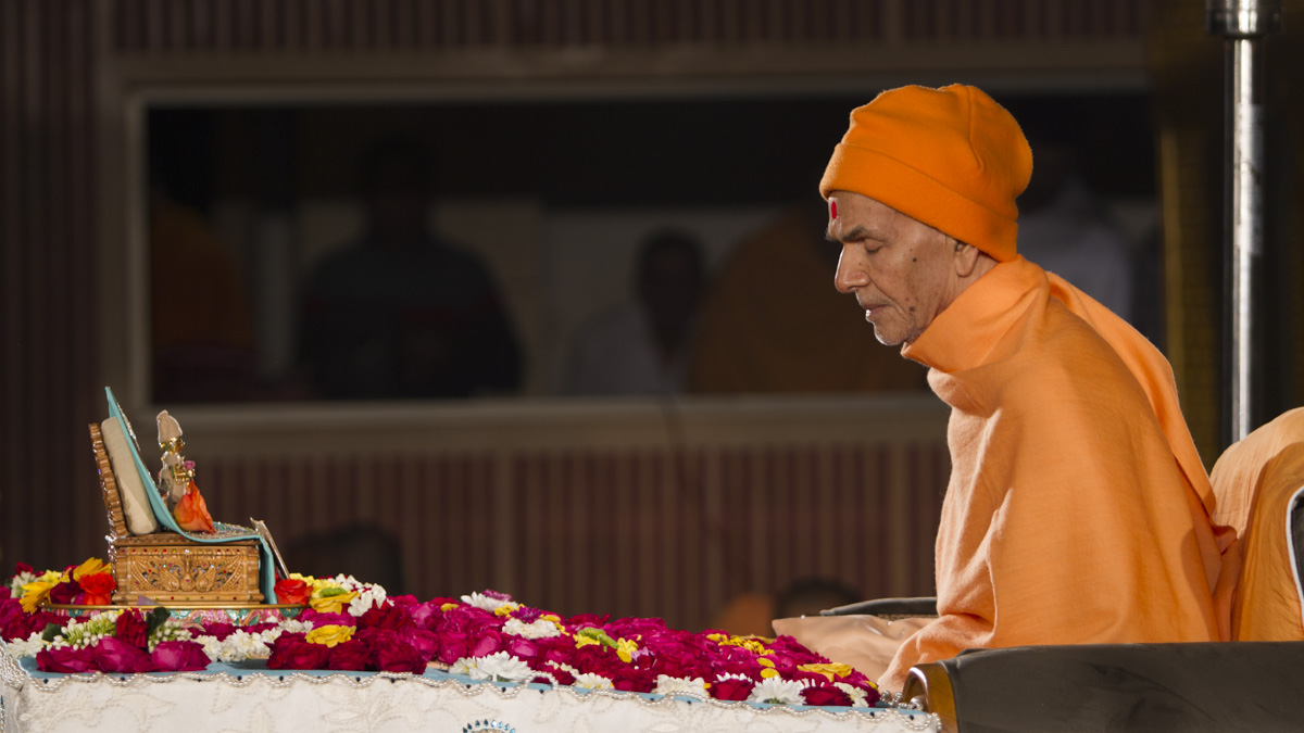 Param Pujya Mahant Swami Maharaj performs his morning puja, 16 Jan 2017