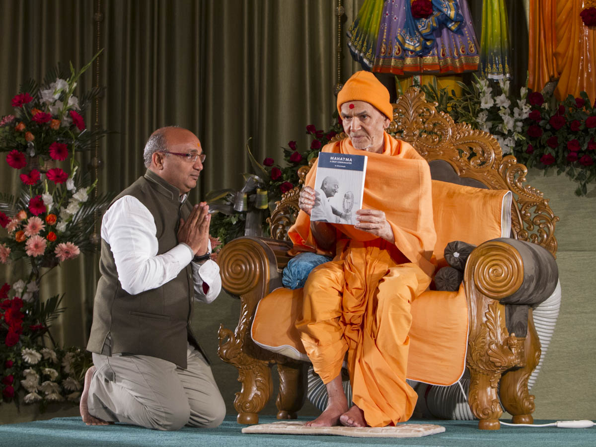 Param Pujya Mahant Swami Maharaj inaugurates a book 'Mahatma - A Great Communicator' by Shri Dhiraj Kakadia, 16 Jan 2017