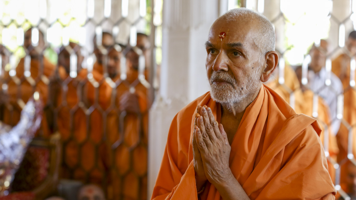 Param Pujya Mahant Swami Maharaj engrossed in darshan of Thakorji, 30 Jan 2017