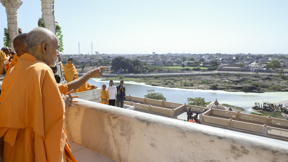Param Pujya Mahant Swami Maharaj views river Ghela, 30 Jan 2017