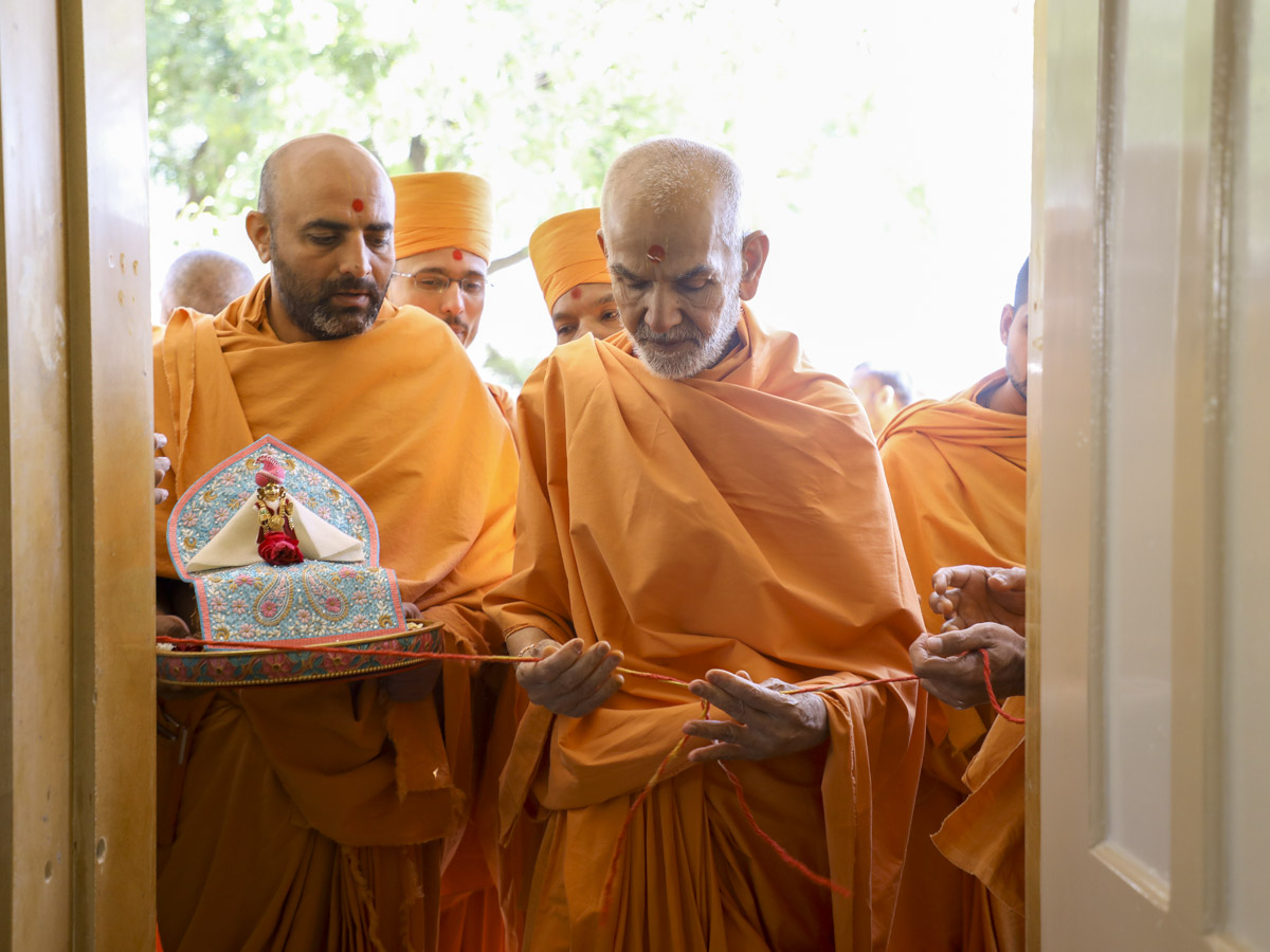 Param Pujya Mahant Swami Maharaj performs pujan of a new wing in the mandir premises, 30 Jan 2017