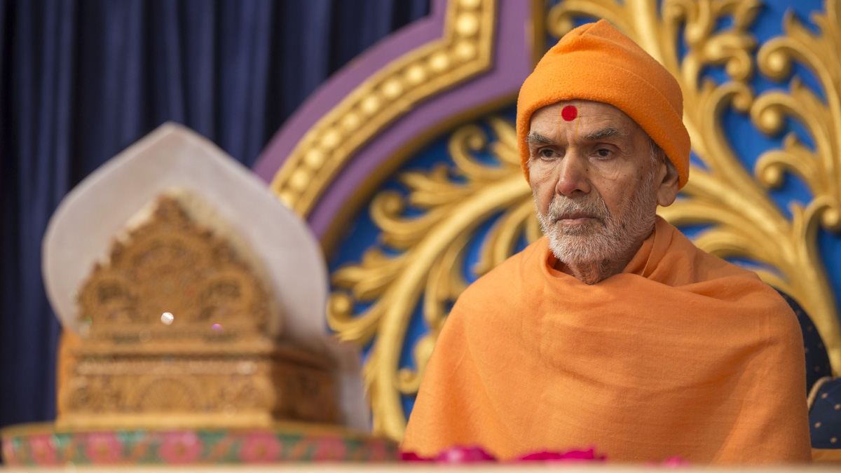 Param Pujya Mahant Swami Maharaj performs his morning puja, 31 Jan 2017