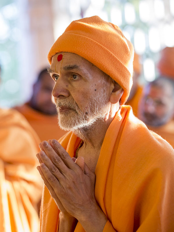 Param Pujya Mahant Swami Maharaj engrossed in darshan of Thakorji, 31 Jan 2017