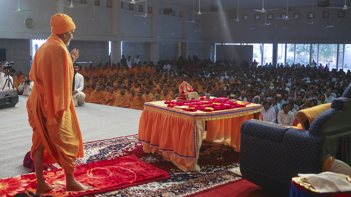 Param Pujya Mahant Swami Maharaj performs his morning puja, 2 Feb 2017