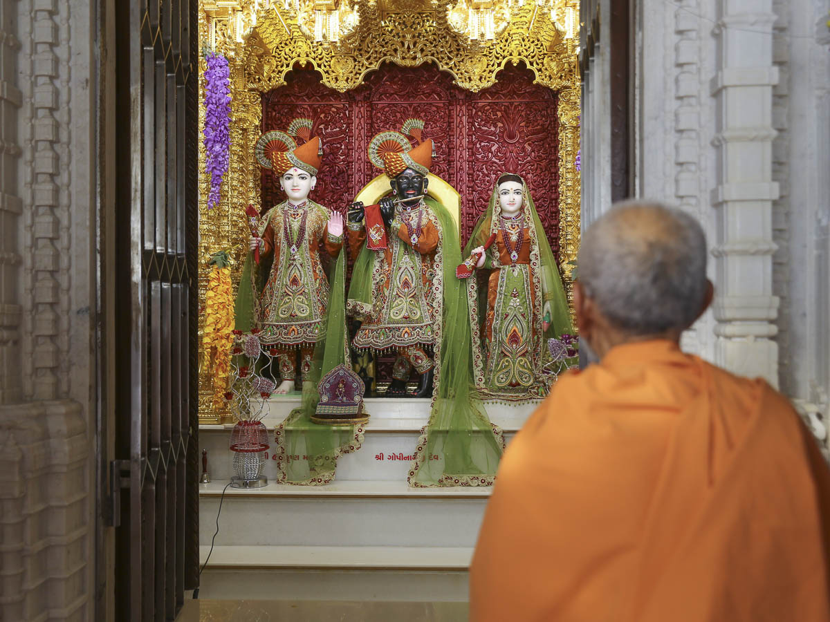 Param Pujya Mahant Swami Maharaj engrossed in darshan of Thakorji, 2 Feb 2017