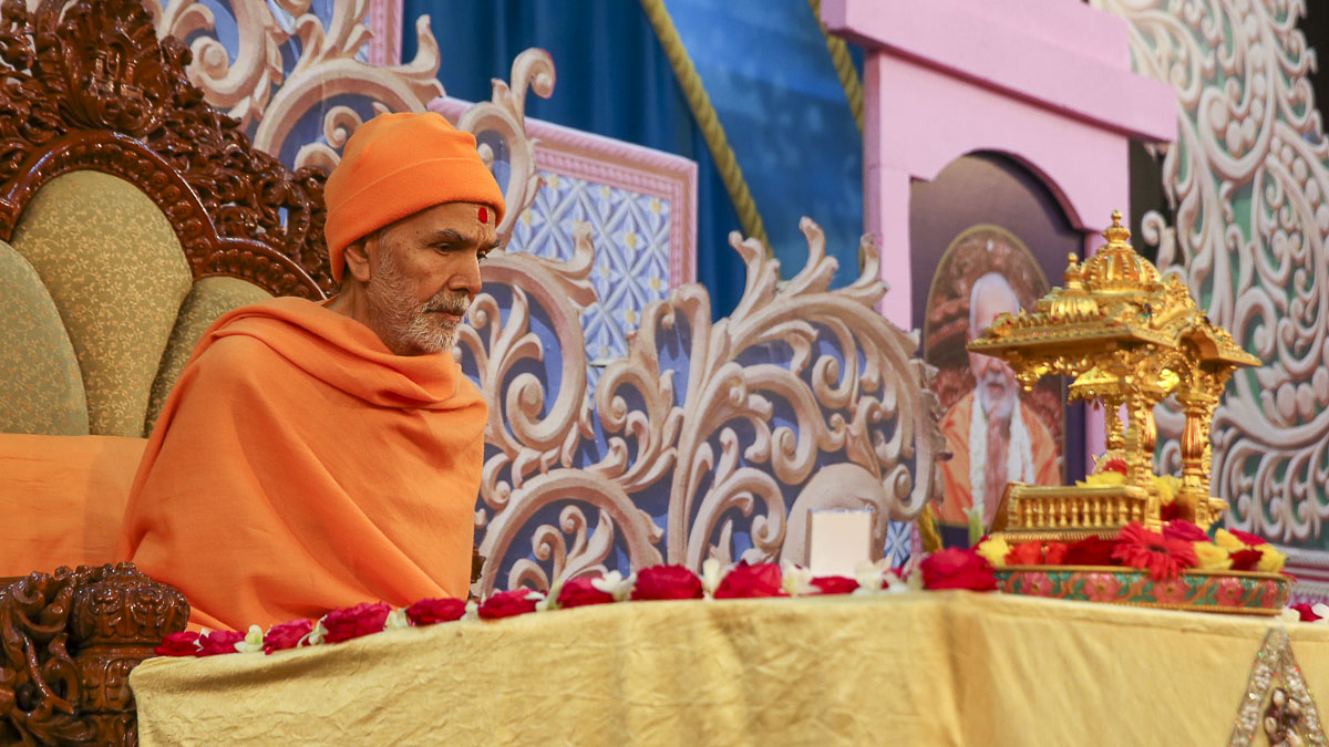 Param Pujya Mahant Swami Maharaj performs his morning puja, 5 Feb 2017
