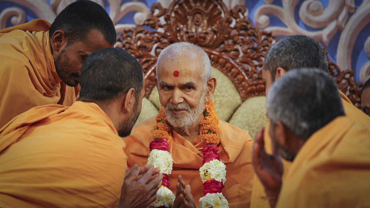 Sadhus honor Param Pujya Mahant Swami Maharaj with a garland, 5 Feb 2017