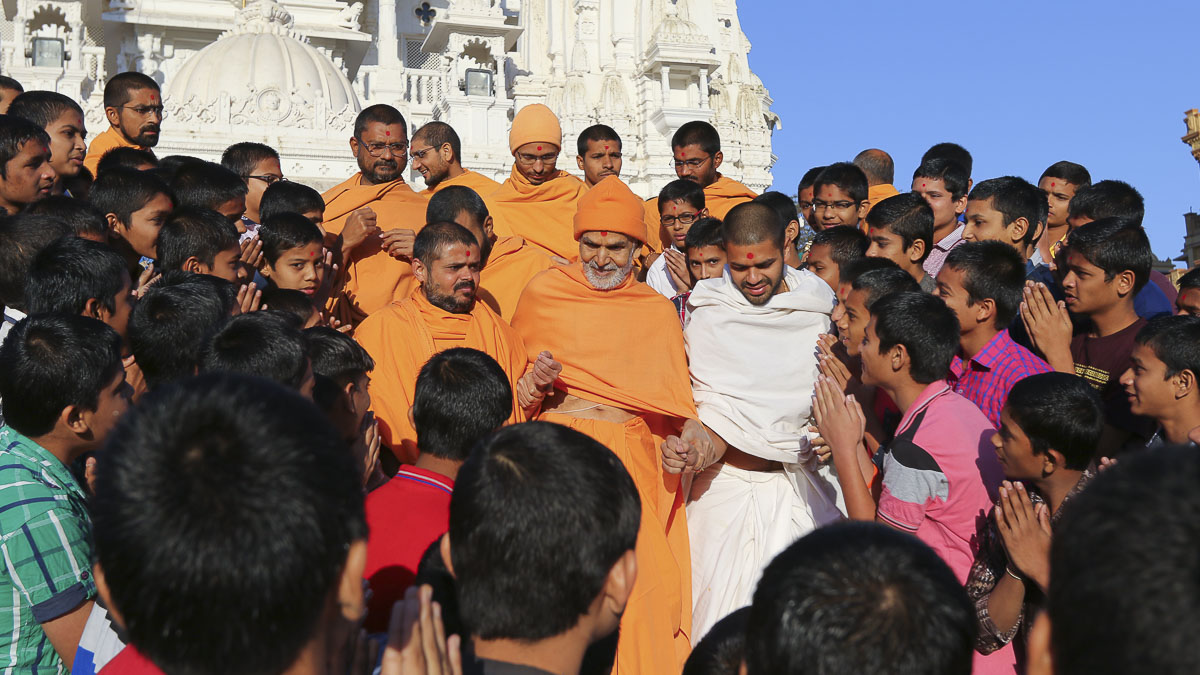 Students of Swaminarayan Vidyamandir doing darshan of Param Pujya Mahant Swami Maharaj,7 Feb 2017