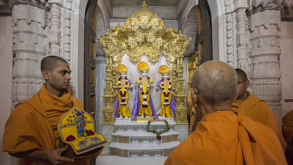 Param Pujya Mahant Swami Maharaj engrossed in darshan of Thakorji, 15 Feb 2017