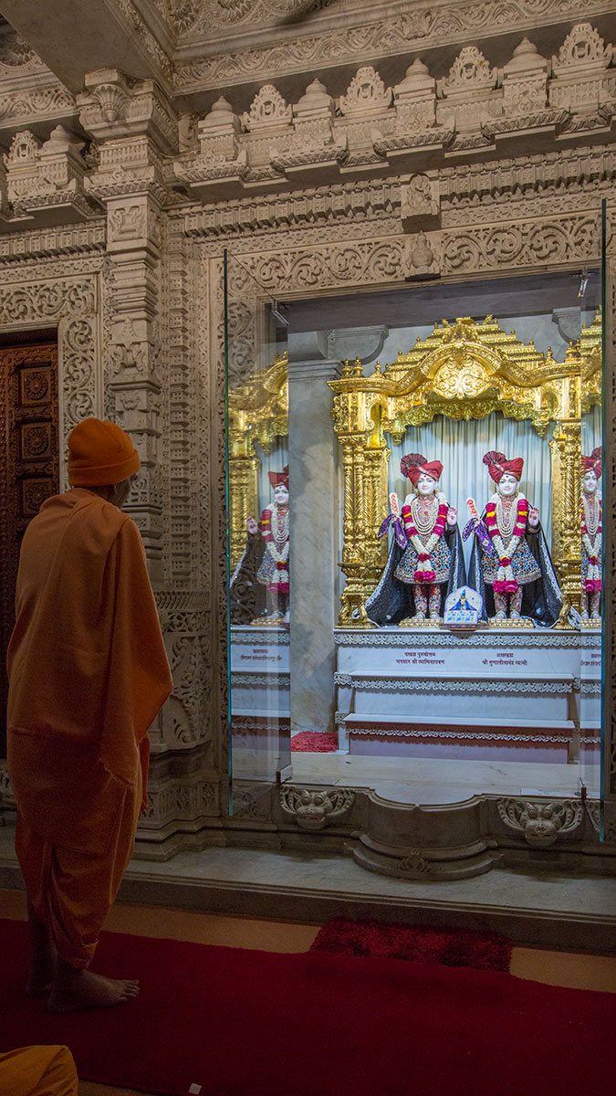 Param Pujya Mahant Swami Maharaj engrossed in darshan of Thakorji, 2 March 2017