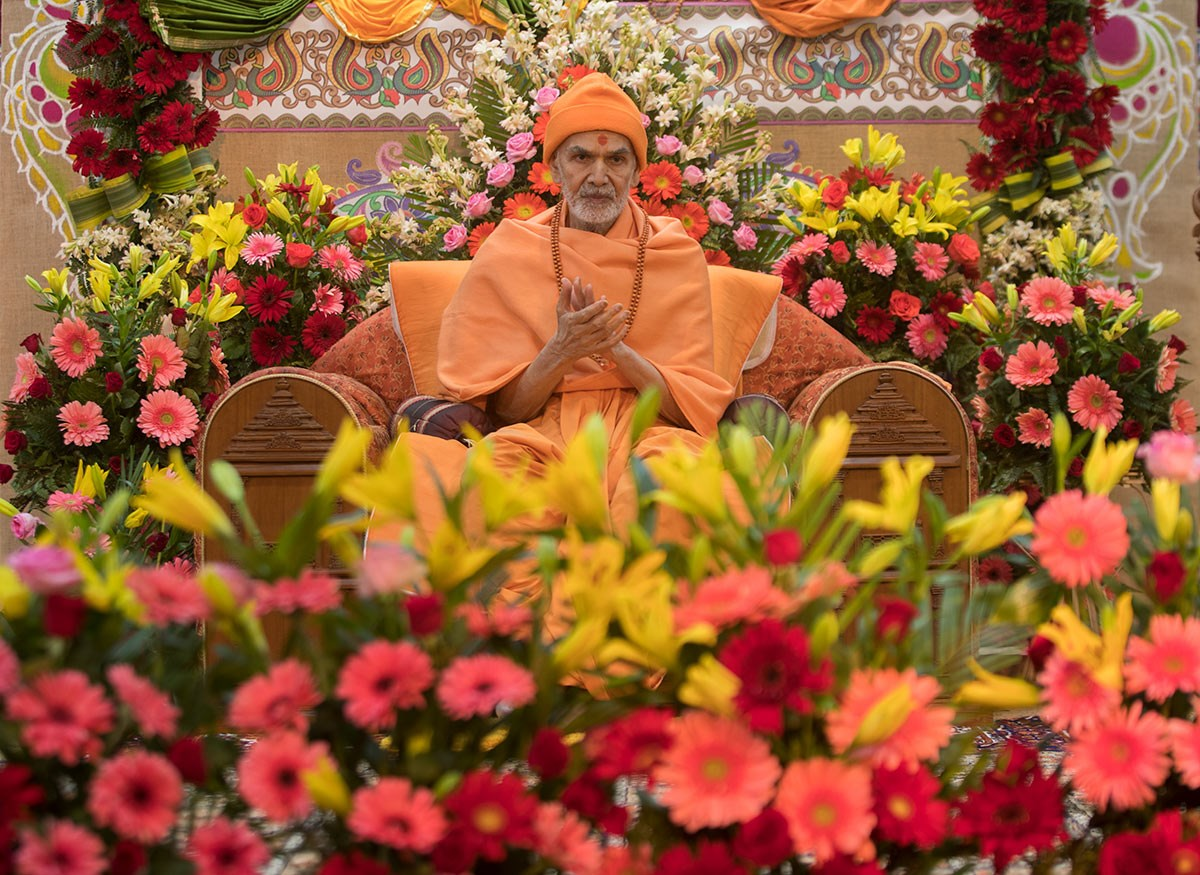 Param Pujya Mahant Swami Maharaj chants the Swaminarayan dhun, 3 March 2017