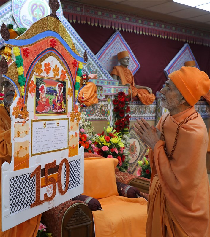 Param Pujya Mahant Swami Maharaj reads niyams taken by devotees, 3 March 2017