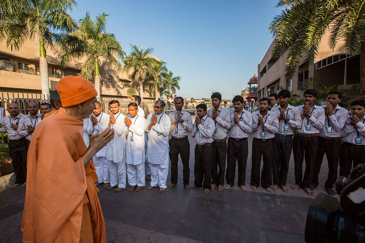 Param Pujya Mahant Swami Maharaj blesses volunteers, 3 March 2017