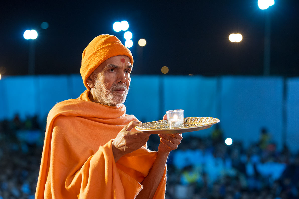 Param Pujya Mahant Swami Maharaj performs arti, 3 March 2017