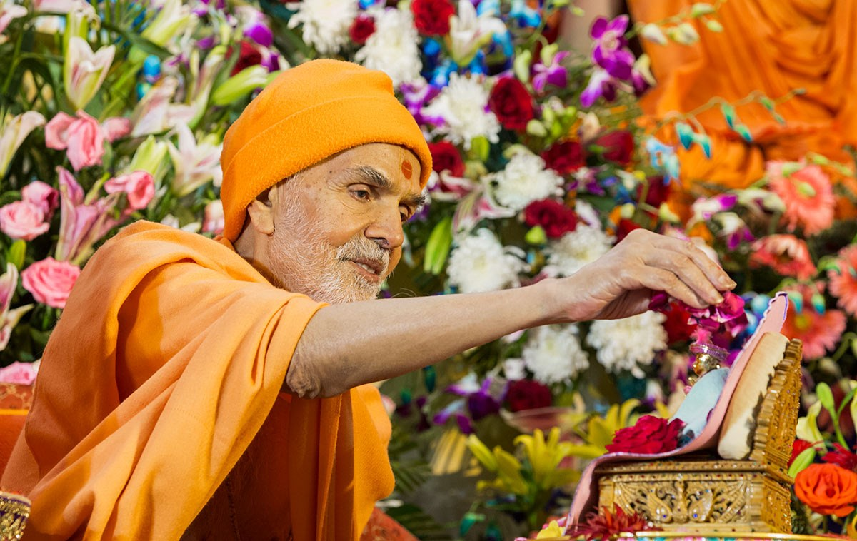 Param Pujya Mahant Swami Maharaj showers flower petals on Shri Harikrishna Maharaj, 3 March 2017