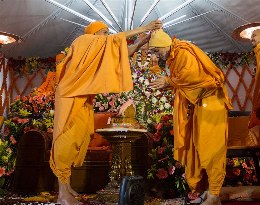 Param Pujya Mahant Swami Maharaj showers flower petals on Pujya Viveksagar Swami, 3 March 2017