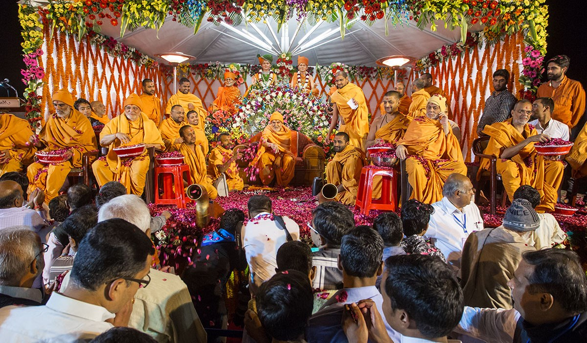 Param Pujya Mahant Swami Maharaj and senior sadhus shower flower petals on devotees, 3 March 2017