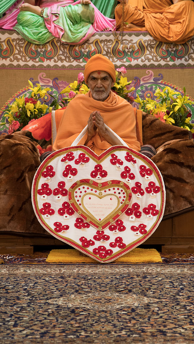 Param Pujya Mahant Swami Maharaj greets devotees with 'Jai Swaminarayan', 4 March 2017