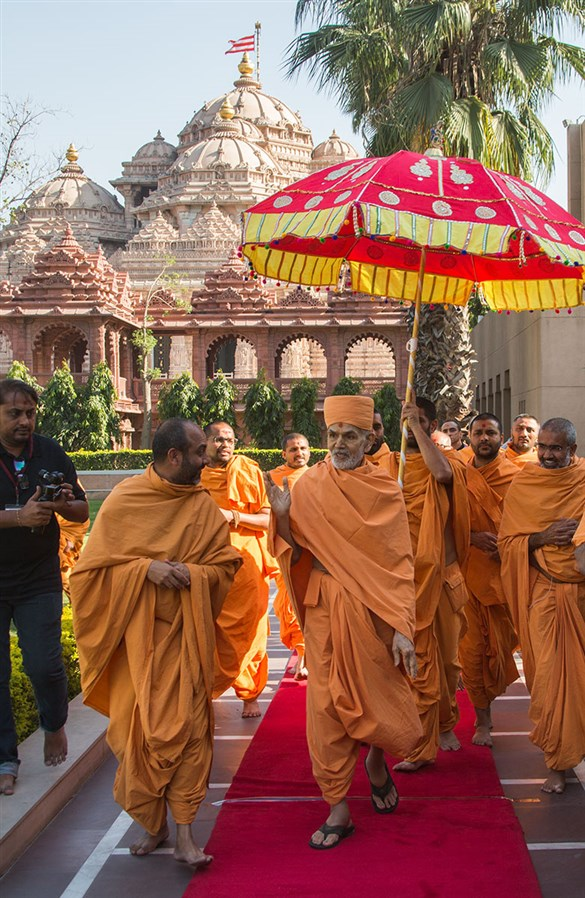 Param Pujya Mahant Swami Maharaj on his way for Thakorji's darshan, 4 March 2017