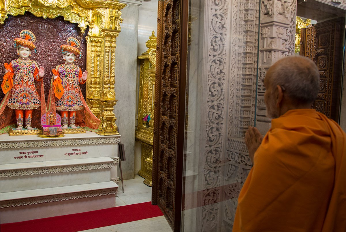 Param Pujya Mahant Swami Maharaj engrossed in darshan of Thakorji, 4 March 2017