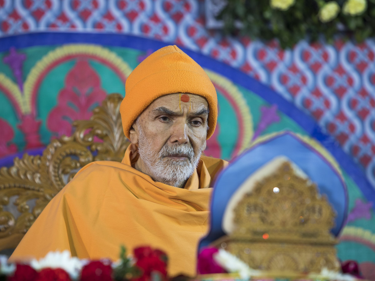 Param Pujya Mahant Swami Maharaj performs his morning puja, 5 Mar 2017