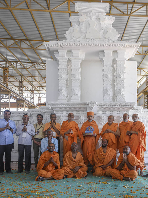 Param Pujya Mahant Swami Maharaj, Pujya Ishwarcharan Swami, Pujya Viveksagar Swami, and sadhus and volunteers involved in the Akshardham project, 5 Mar 2017