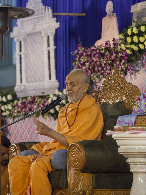 Param Pujya Mahant Swami Maharaj blesses the Sunday satsang assembly, 5 Mar 2017