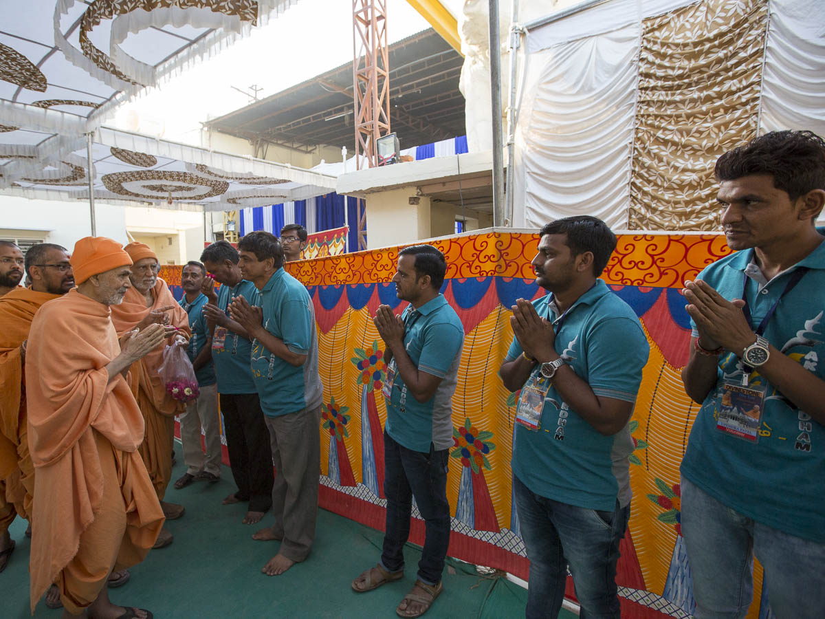 Param Pujya Mahant Swami Maharaj blesses the volunteers, 6 Mar 2017