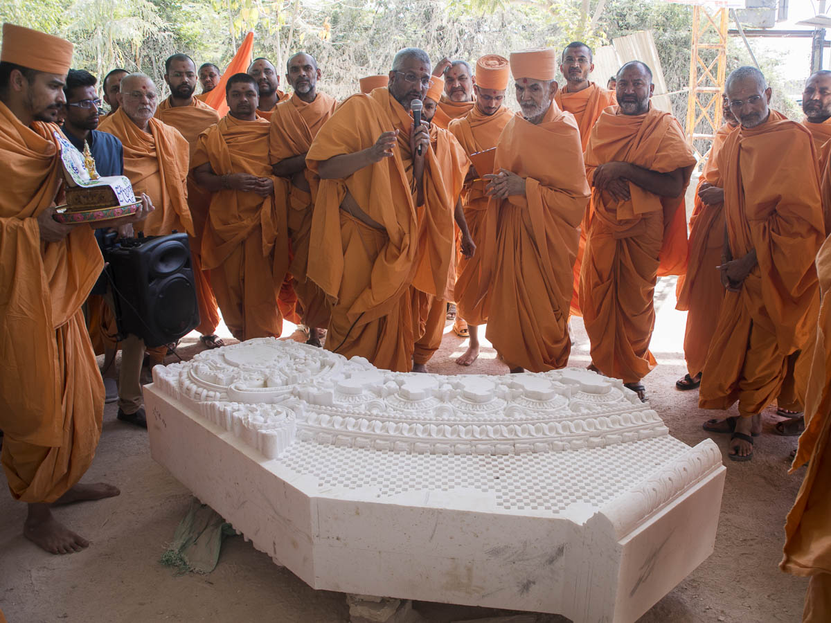 Param Pujya Mahant Swami Maharaj visits a workshop to observe the stonework for Akshardham in Robbinsville, 6 Mar 2017