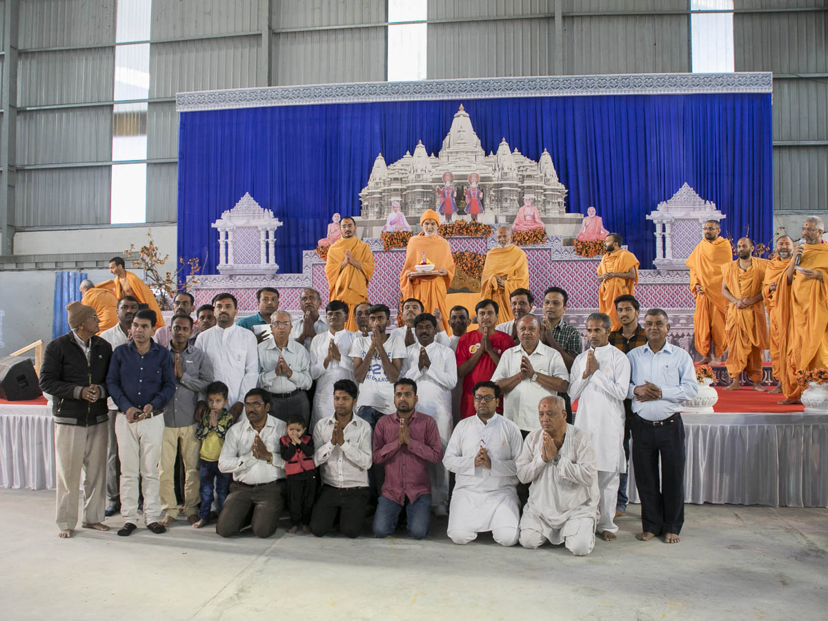 Volunteers with Param Pujya Mahant Swami Maharaj, 7 Mar 2017