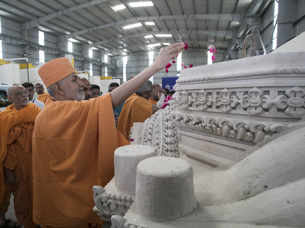 Param Pujya Mahant Swami Maharaj visits a workshop to observe the stonework for Akshardham in Robbinsville, 7 Mar 2017