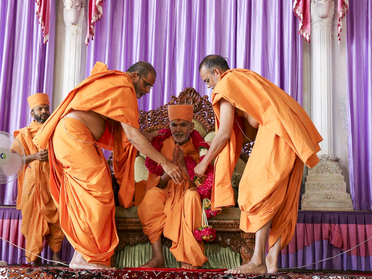 Sadhus welcome Param Pujya Mahant Swami Maharaj with a garland, 9 March 2017