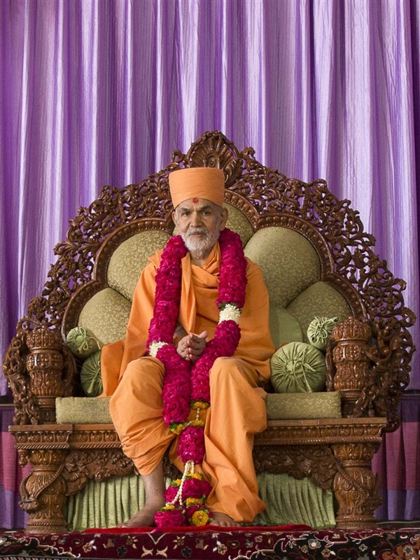 Param Pujya Mahant Swami Maharaj honored with a garland, 9 March 2017