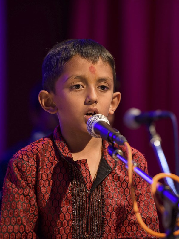 A child sings a kirtan in the evening Bal Din assembly, 20 Mar 2017