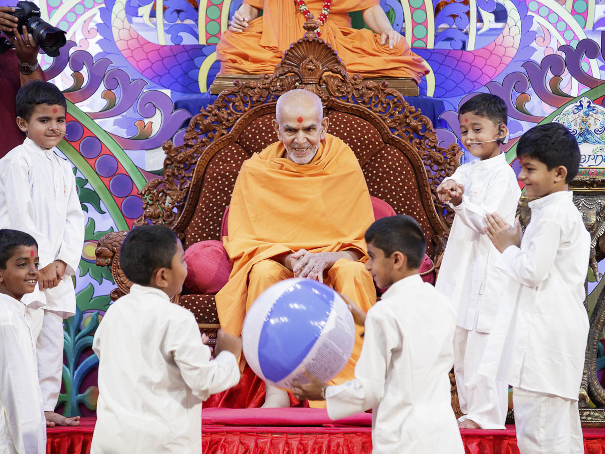 Param Pujya Mahant Swami Maharaj participates in a game with children, 20 Mar 2017