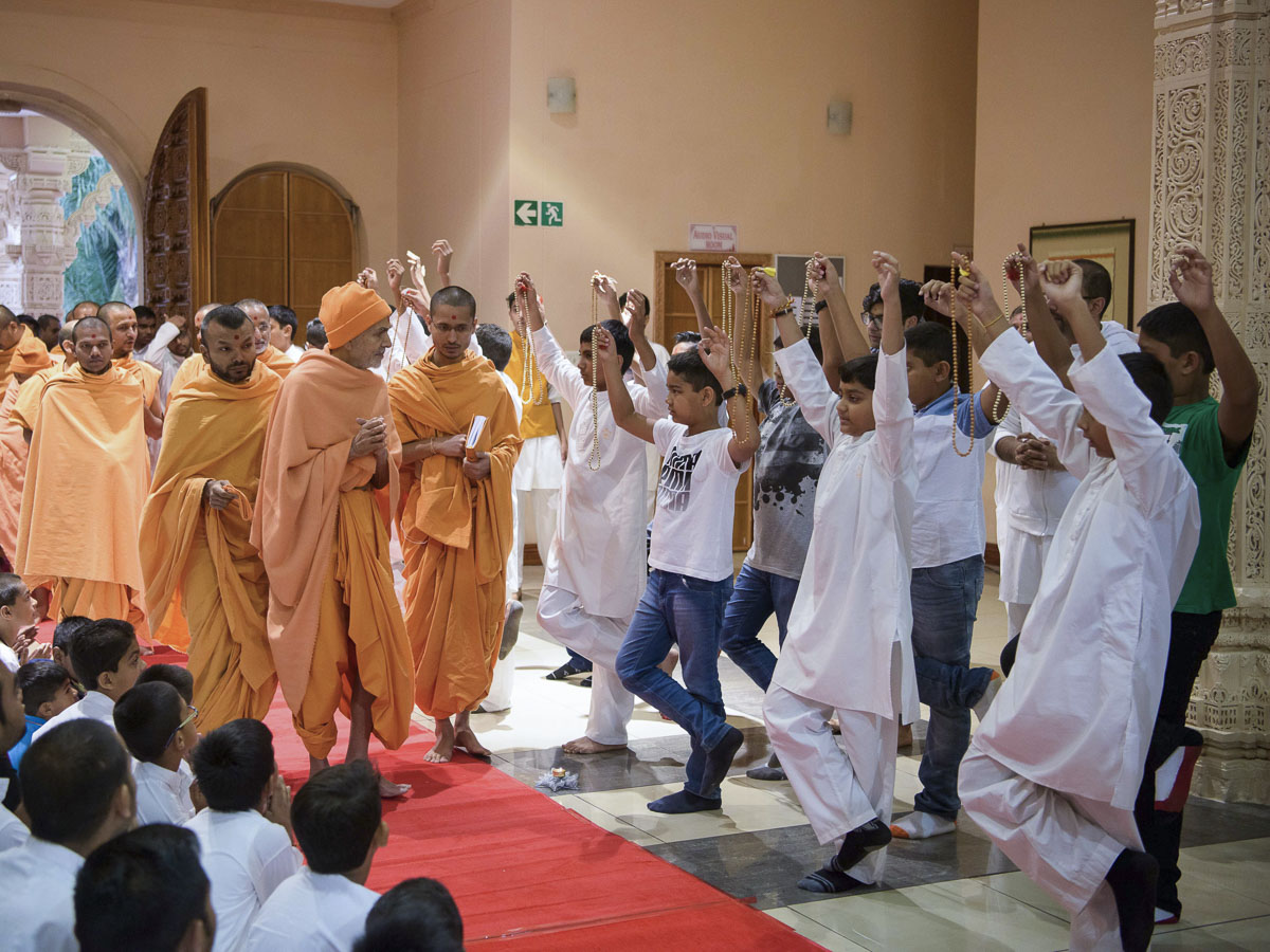 Children doing a tap-malas before Param Pujya Mahant Swami Maharaj, 26 Mar 2017