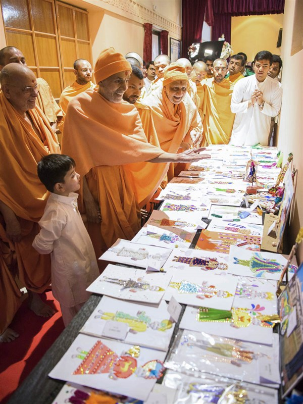 Param Pujya Mahant Swami Maharaj observes art prepared by children, 26 Mar 2017