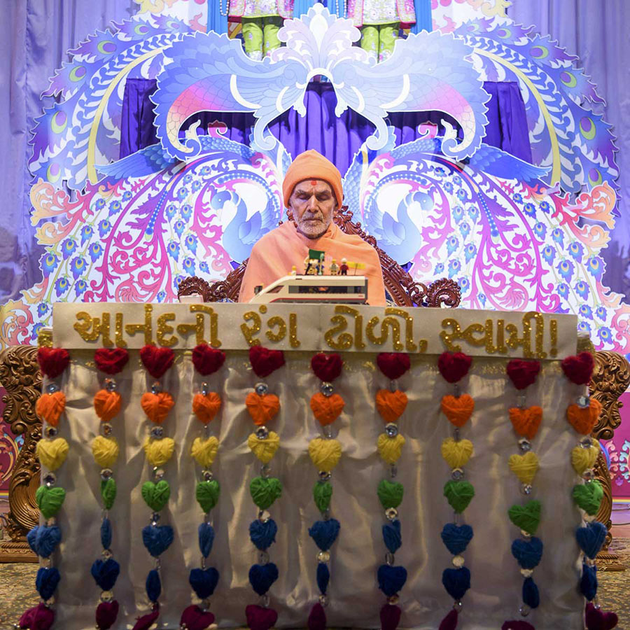 Param Pujya Mahant Swami Maharaj performs his morning puja, 26 Mar 2017