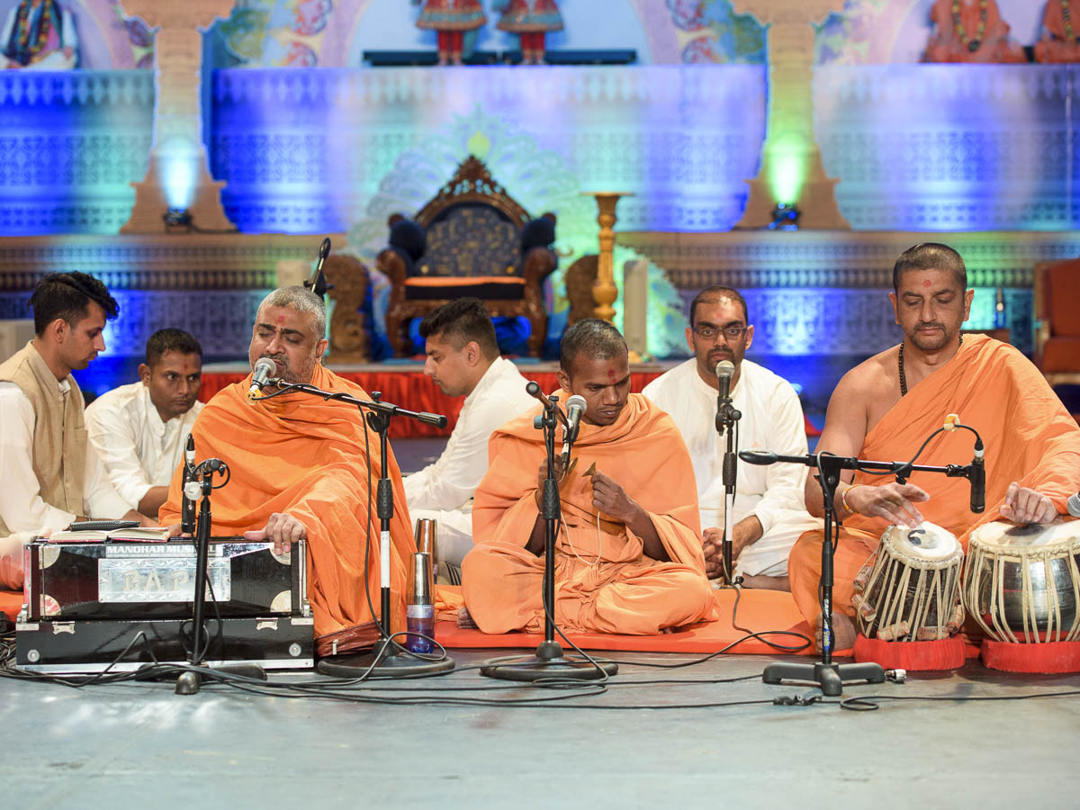 Sadhus and youths perform kirtan bhakti in the Bal Din assembly, 26 Mar 2017