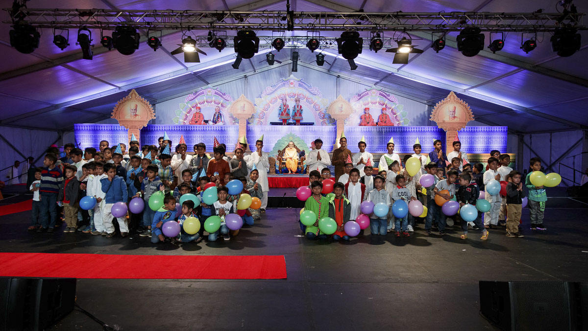 Children and karyakars with Param Pujya Mahant Swami Maharaj, 26 Mar 2017
