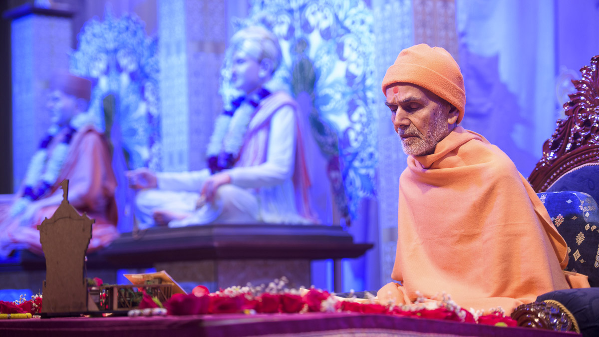 Param Pujya Mahant Swami Maharaj performs his morning puja, 27 Mar 2017