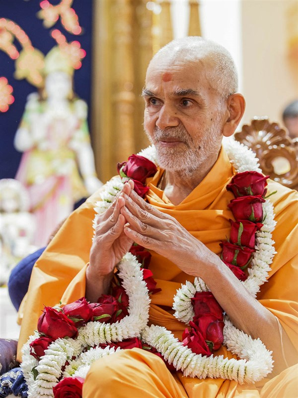 Param Pujya Mahant Swami Maharaj honored with a garland, Mayfair, Johannesburg, 27 Mar 2017