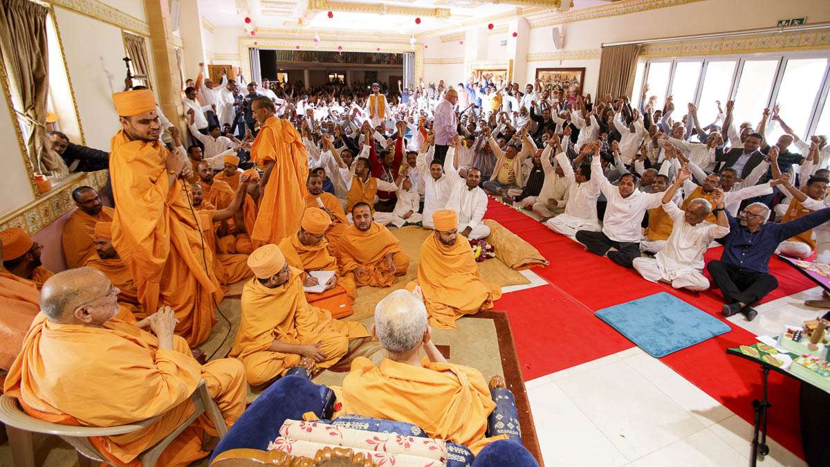 Devotees doing darshan of Swamishri, Mayfair, Johannesburg, 27 Mar 2017
