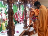 Pujya Tyagvallabh Swami performs pujan of the murtis