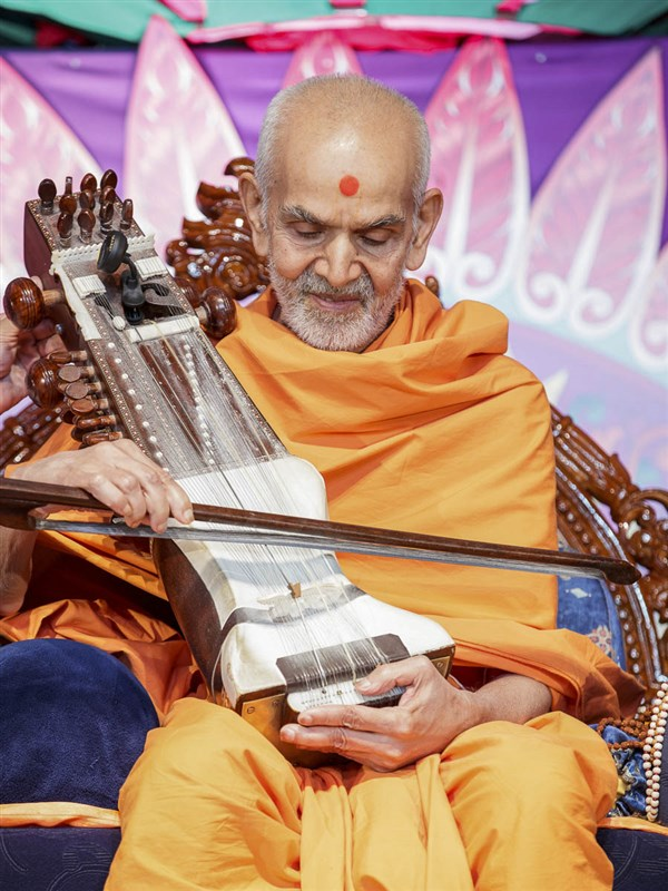 Param Pujya Mahant Swami Maharaj plays and sanctifies a sarangi, 28 Mar 2017