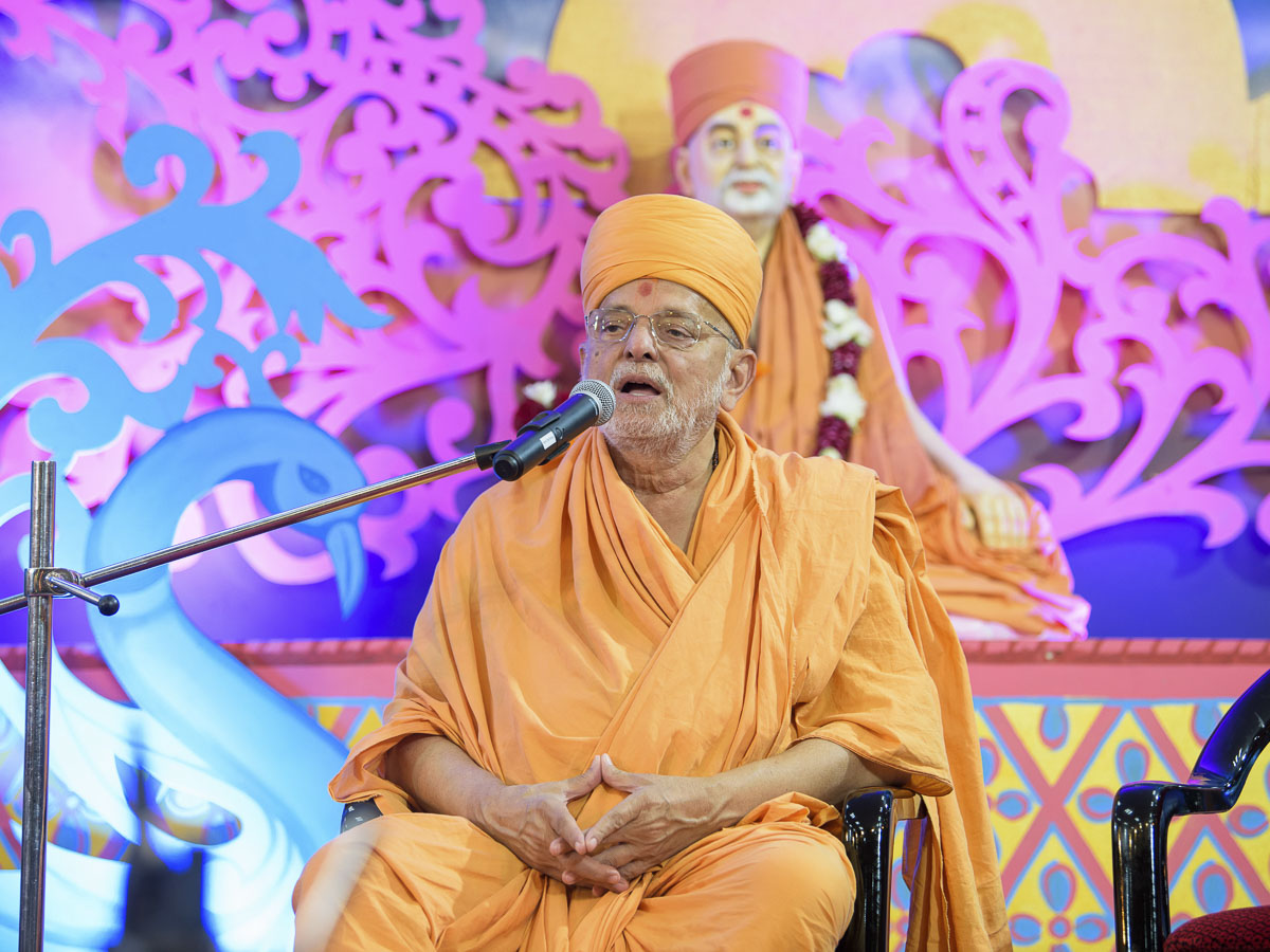Pujya Ishwarcharan Swami addresses the evening satsang assembly, 31 Mar 2017