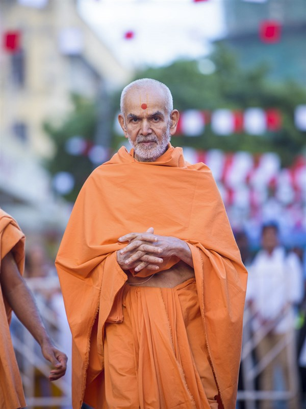 Param Pujya Mahant Swami Maharaj on his way for his morning puja, 30 March 2017