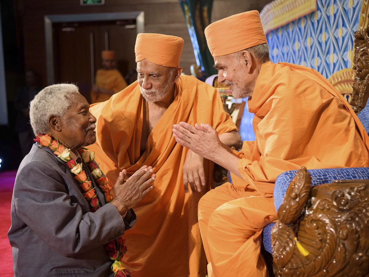 Ali Hassan Mwinyi, Former President of Tanzania, welcomes Swamishri, 30 March 2017